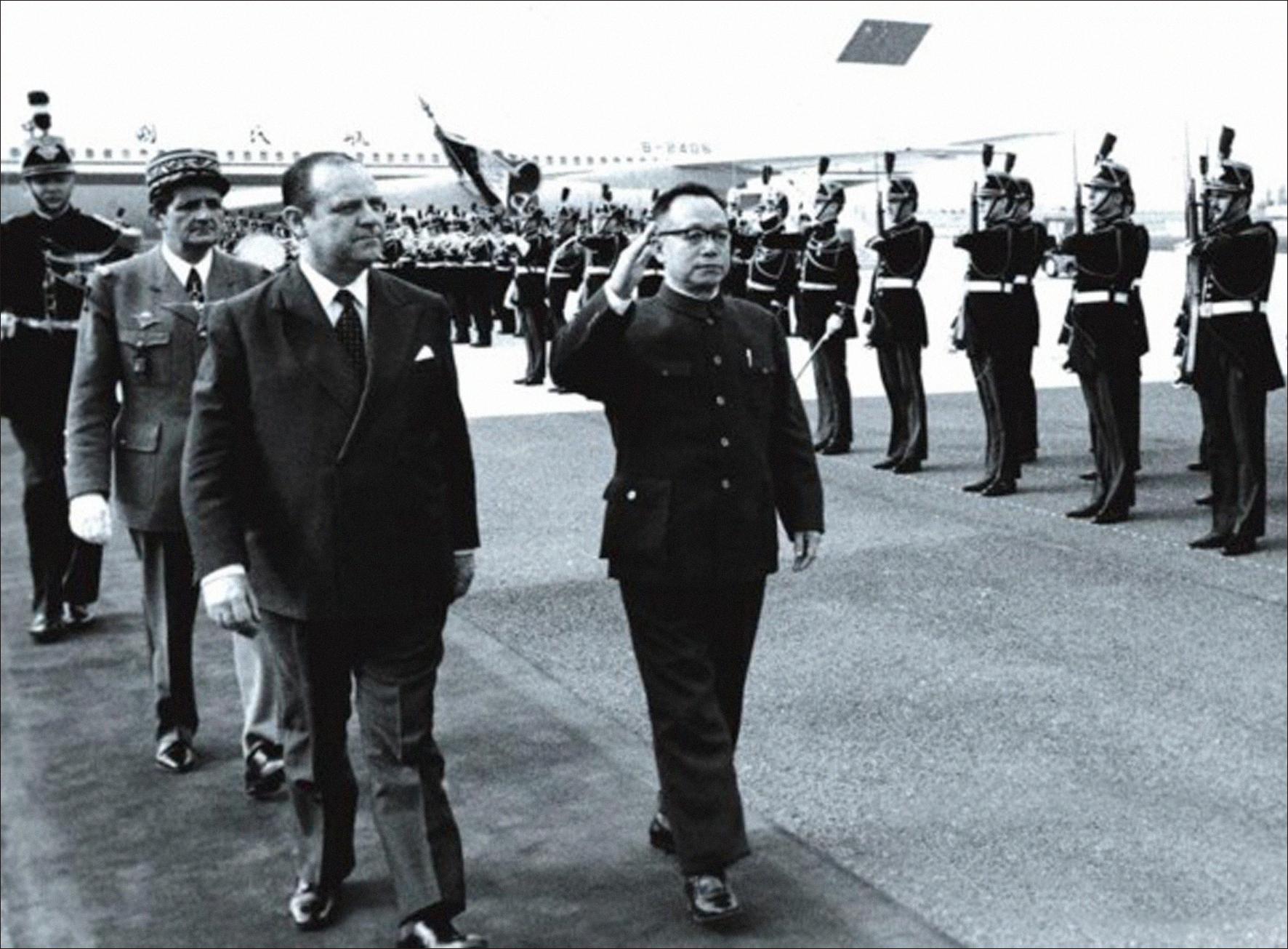 (原料图:1978年5月2日至6月初,国务院副总理谷牧率领中国当局代外团考察欧洲五国,图为谷牧一走飞抵法国。)