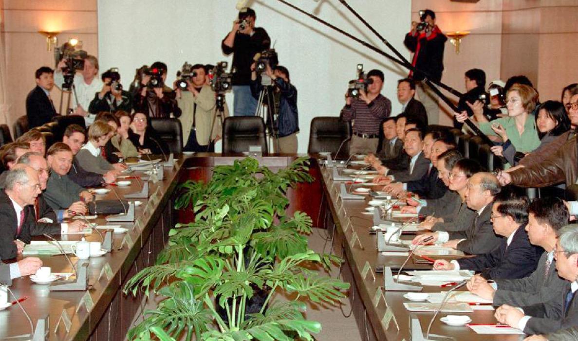 (2000年3月28日,中国外经贸部部长石广生与欧盟委员会贸易委员帕斯卡尔·拉米就中国添入世界贸易构造在北京最先举走双边议和。图/新华)